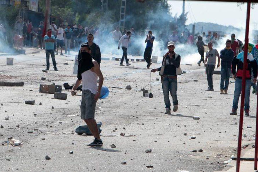اشتباكات بين المتظاهرين وقوات الشرطة في البويرة في 17 آذار, أثناء الإنتخابات / Photo HH