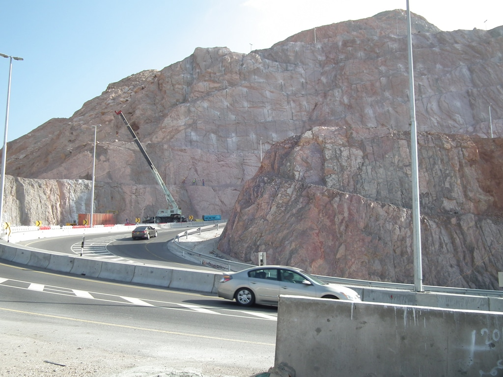Motorway crossing a mountain between Muscat and al-Amarat / Photo Fanack