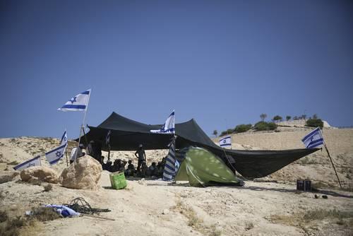 قام ناشطون يمينيون يهود بوضع خيام على تلة بالقرب من مستوطنة معلي أدوميم رداً على قتل المستوطنين اليهود الثلاثة Photo Flash90