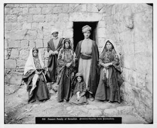 Traditional Palestinian family / Photo Palestineremembered.com