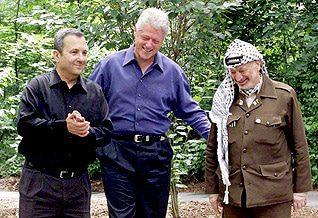 إيهود باراك والرئيس الأمريكي جورج كلينتون وياسر عرفات أثناء قمة كامب ديفيد الثانية في تموز/يوليو 2000 في واشنطن Photo HH