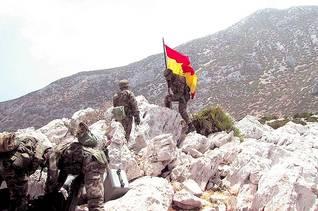 جنود إسبان يرفعون العلم على جزيرة ليلى عام 2002