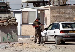 Israeli soldier checking a Palestinian car at a checkpoint / Photo Shutterstock