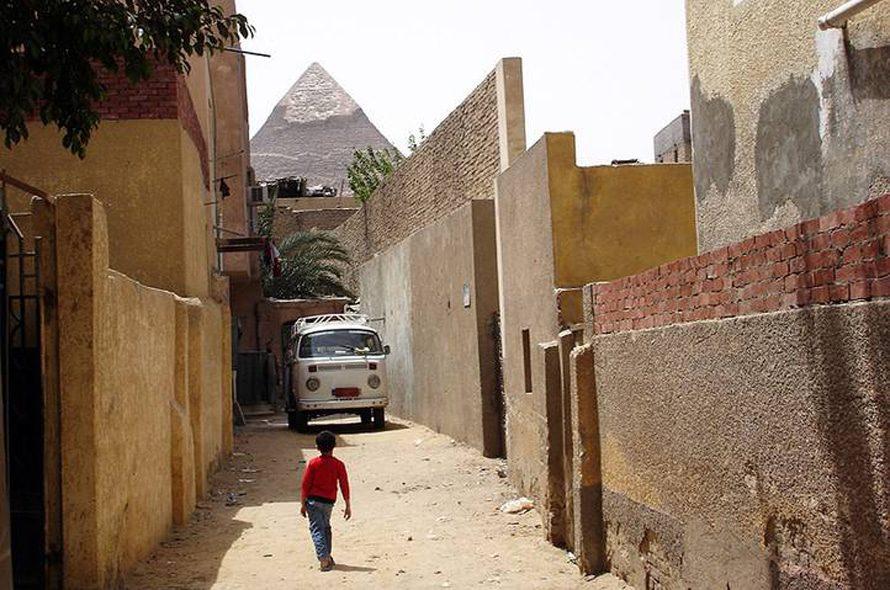 شارع الجيزة وهرم خوفو في الخلفية