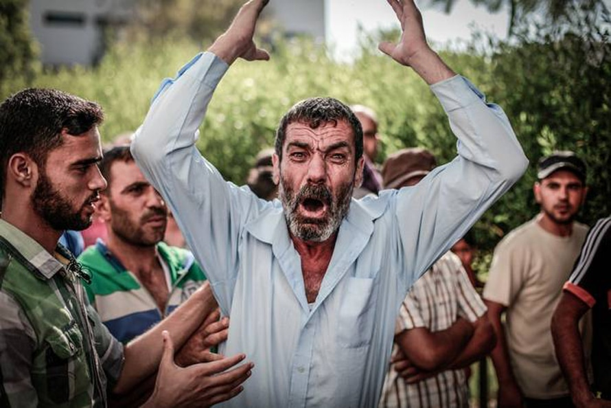 The father of one of the four boys killed during Israeli shelling on a Gaza beach, reacts outside the al-Shifa hospital in Gaza City, 16 July 2014 / Photo Corbis