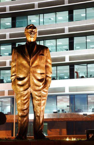 Photo HH / تمثال رئيس وزراء لبنان السابق رفيق الحريري، الذي اغتيل بانفجار عام 2005