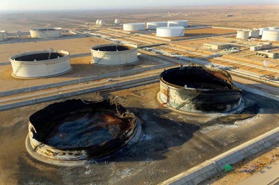 خزانات البنزين في رأس لانوف دمرتها الطائرات الليبية خلال ثورة مارس ليبياالاقتصاد - 2011
