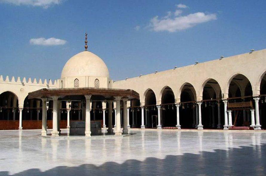 مسجد عمرو بن العاص، أول مسجد بني في مصر عام 642 في الفسطاط، العاصمة الجديدة