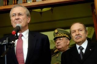 الجزائرالحكم - الرئيس عبد العزيز بوتفليقة ووزير الخارجية الأمريكية دونالد رومسفيلد عام 2006
