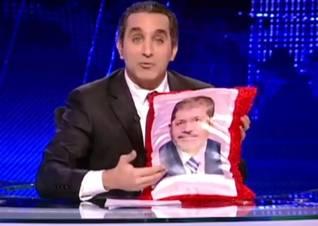 المذيع المتهكم باسم يوسف يعرض وسادة عليها صورة للرئيس محمد مرسي