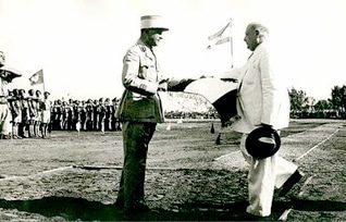 الجنرال شهاب يقدم العلم اللبناني للرئيس بشارة الخوري