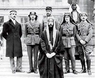 الأمير فيصل في مؤتمر السلام في باريس عام 1919 (عن يمينه ت.و. لورانس)