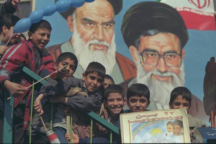 أطفال إيرانيون يحتفلون بعيد الثورة الإسلامية 20-10-2001 //Photo Corbis