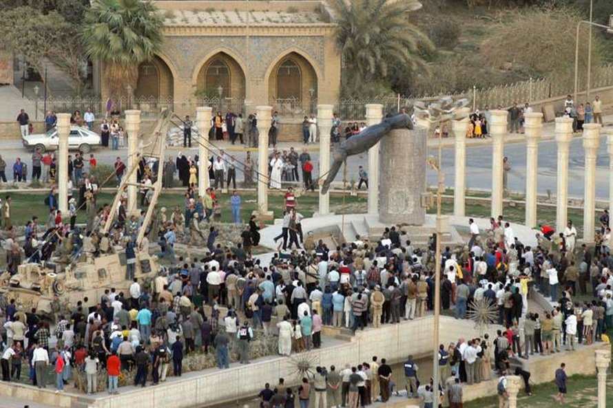 The statue of former president Saddam Hussein is being torn down. Photo HH, april 2003