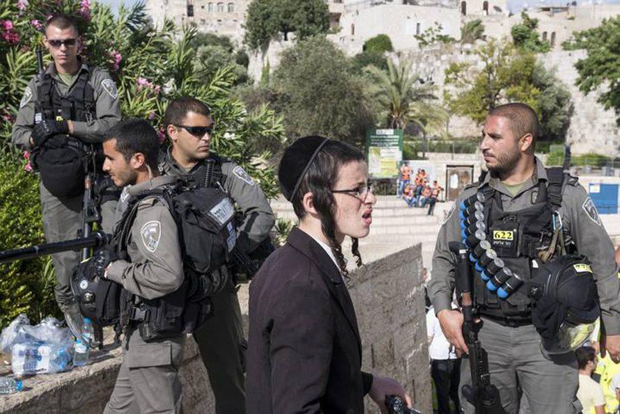 جنود إسرائيليون وفتى يهودي أرثذكسي قرب بوابة دمشق في القدس الشرقية /Photo Rights Managed