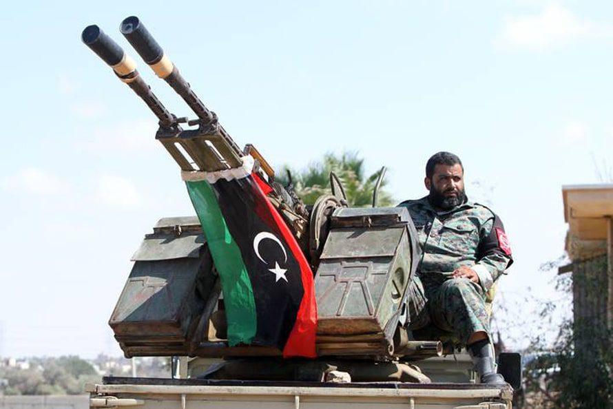 حد أفراد الميليشيات المسلحة يحرس أحد المباني الحكومية بعد قرار المؤتمر الوطني العام بحماية المؤسسات الحكومية في آب أغسطس 2014 Photo HH