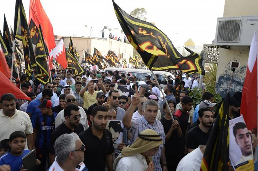 الناشط نبيل رجب يتضم إلى جنازة عبد العزيز العبار الذي قتل أثناء المظاهرات في سنابس تموز يوليو 2014 Photo Corbis
