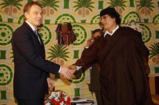 مع رئيس الوزراء البريطاني السابق توني بلير عام 2007