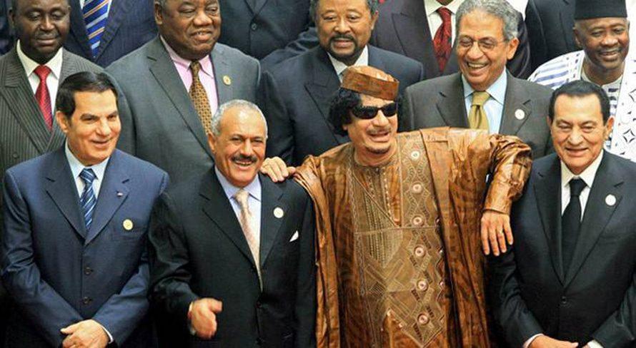 خلال القمة الأفريقية العربية الثانية في سرت، ليبيا، في 10 أكتوبر 2010. من اليسار: زين العابدين بن علي (تونس)، علي عبد الله صالح (اليمن)، القذافي وحسني مبارك (مصر)