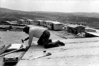 """مستوطنون يهود يبنون بيوتاً في مستوطنة كدوم """"المقفرة"""" في الضفة الغربية، والذين تم إجلاؤهم من قبل الحكومة الإسرائيلية عام 1976 Photo Magnum/HH"""