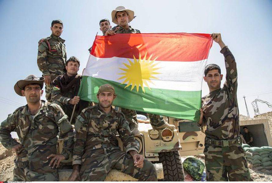 جنود بشمرغا يعرضون علم كردستان,جنوب كركوك, تموز/يوليو 2014 Photo SIPA Press
