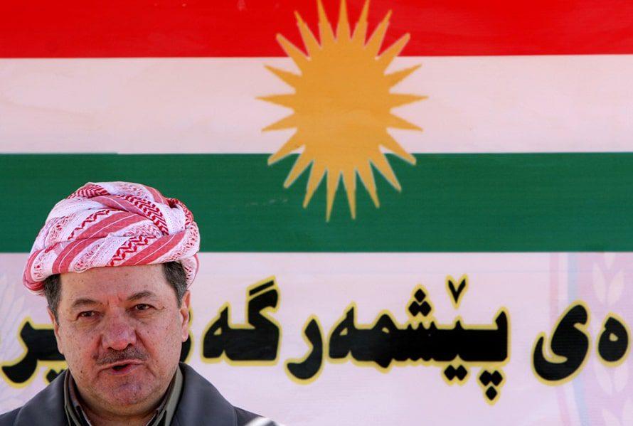 Peshmerga soldiers display the flag of Kurdistan on top of a Humvee, south of Kirkuk, July 2014 / Photo SIPA Press