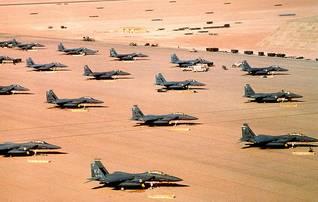 مقاتلات أف 15 على الأرض خلال عملية درع الصحراء