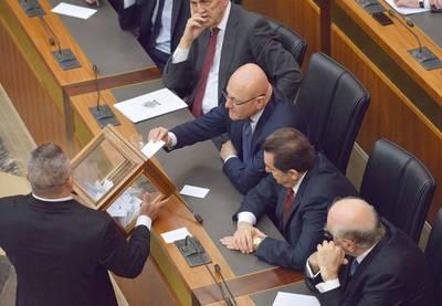 Photo HH يصوّت رئيس الوزراء تمام سلام في الدور الأول للانتخابات الرئاسية, بيروت, 23 نيسان/أبريل 2014