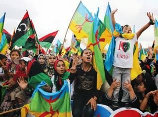 متظاهرون بربر يحملون الأعلام الأمازيغية وعلم ليبيا الجديد