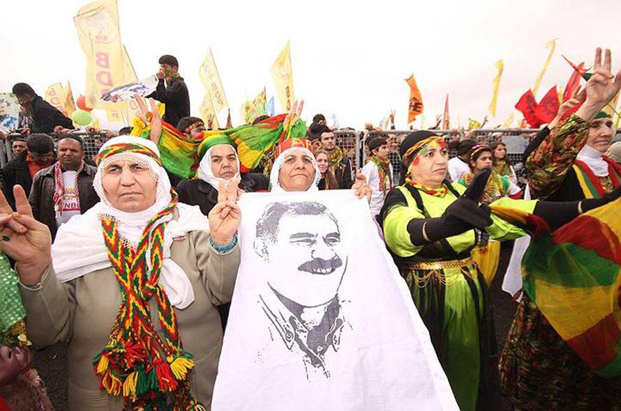 أكراد يحتفلون بعيد النيروز في إسطنبول ويحملون صورة عبد الله أوجلان، زعيم حزب العمال الكردستاني / Photo Shutterstock