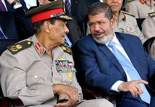 الرئيس محمد مرسي والقائد العام للقوات المسلحة محمد حسين طنطاوي