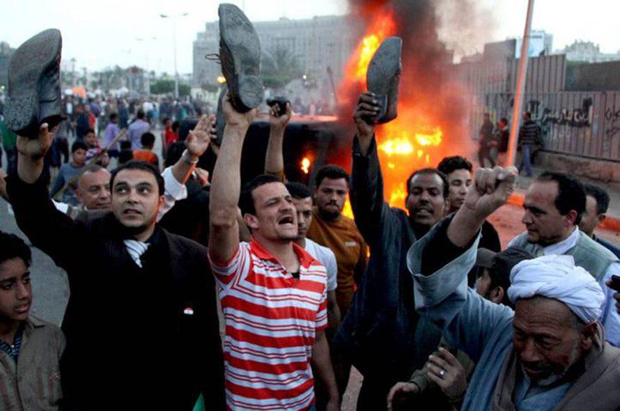 متظاهرون يحرقون عربة للشرطة خلال الاحتجاجات ضد الإحوان المسلمين والرئيس مرسي