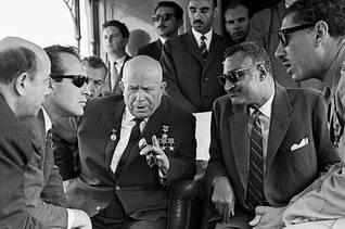 الرئيس جمال عبد الناصر (يمين) يتحدث مع رئيس الاتحاد السوفييتي نيكيتا كروشيف عام 1964 / Photo HH / اضغط للتكبير