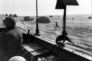 أرتال عربات مصفحة إسرائيلية في صحراء سيناء خلال حرب أكتوبر 1973 Photo magnum/HH