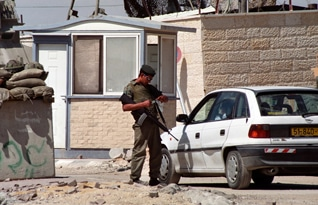 Israeli army at a checkpoint / Photo Shutterstock