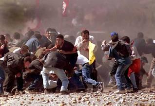 الانتفاضة الثانية: متظاهرون فلسطينيون خلال اشتباك مع جنود إسرائيليين في نابلس عام 2001 Photo HH