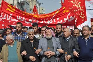 مظاهرة جبهة العمل الإسلامي، وفي الوسط زعيمها الشيخ حمزة منصور