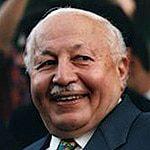نجم الدين إرباكان، زعيم حزب الفضيلة الإسلامي؛ أول رئيس وزراء إسلامي (1996-1997) الذي أرغم على الاستقالة عام 1997.