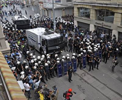 Hundreds of police turned back a few thousand protestors marching up Istiklal Street toward Taksim Square on the one year anniversary of the protests in Gezi Park, Istanbul 31 May 2014 / Photo Polaris Images/HH