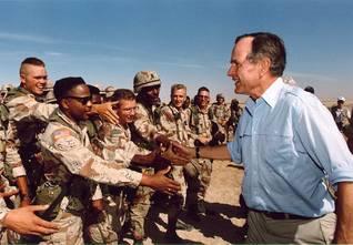 الرئيس جورج بوش يزور القوات خلال عملية عاصفة الصحراء Photo George H.W. Bush Library