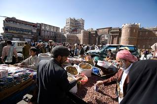 Crowded market in the Old City of Sanaa Photo HH