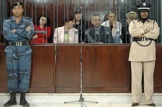 الممرضات البلغاريات والطبيب الفلسطيني أثناء المحاكمة في طرابلس