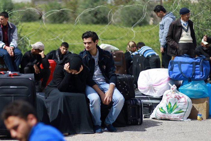 فلسطينيون ينتظرون في معبر رفح / Photo HH