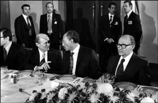 حفل عشاء على شرف الرئيس المصري أنور السادات (وسط)، مع وزير الخارجية موشيه دايان ورئيس الحكومة الإسرائيلية مناحيم بيغن (يمين) في فندق الملك داود في القدس، تشرين الثاني/نوفمبر 1977 تصوير Magnum/HH