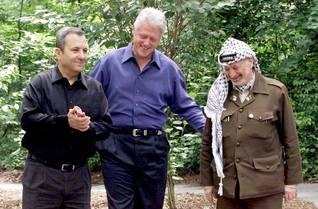 إيهود باراك وبيل كلينتون وياسر عرفات في اجتماع قمة في كامب ديفيد عام 2000 Photo HH