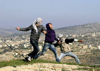 Palestinian youths throwing stones / Photo HH