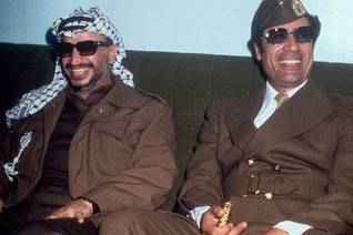 معمر القذافي مع ياسر عرفات، رئيس منظمة التحرير الفلسطينية