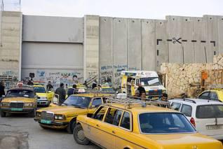 سيارات أجرة تنتظر عند نقطة تفتيش على الجدار الفاصل بالقرب من بيت لحم في الضفة الغربية / Photo HH