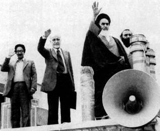 من اليسار: أبو الحسن بني صدر (أول رئيس منتخب للجمهورية الإسلامية)، مهدي بازارغان (رئيس الوزراء المؤقت)، وآية الله روح الله الخميني عام 1979 / اضغط للتكبير