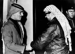 Yasser Arafat greeting King Hussein of Jordan in 1970, at the end of Black September / Photo Keystone/HH